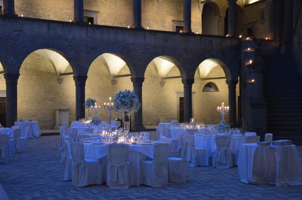 allestimento del placè nella corte del Castello Odescalchi di Bracciano