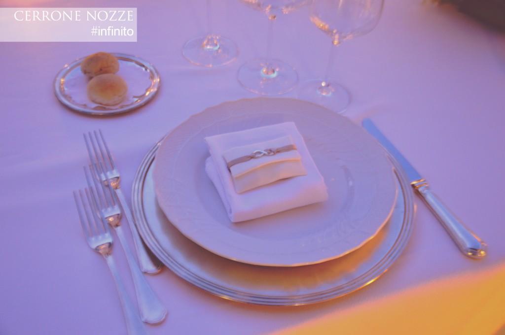 cadeau mariage allestito sul tovagliolo come ricordo per ogni ospite